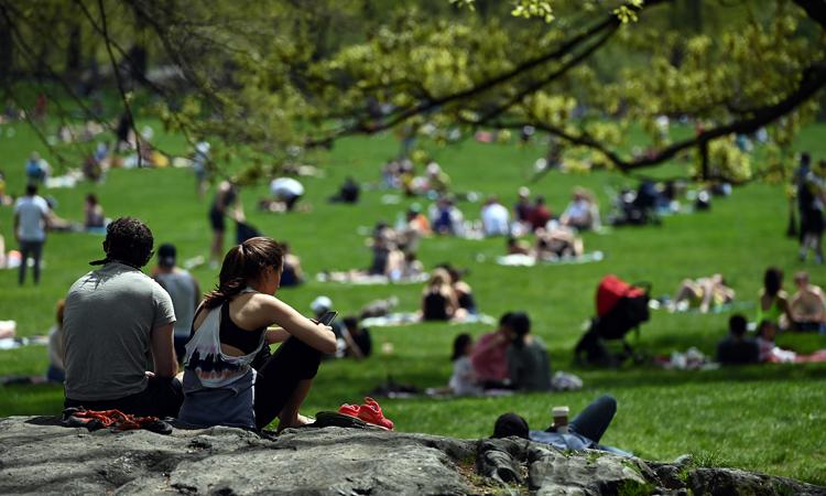 Người dân thư giãn tại Công viên Trung tâm ở thành phố New York, Mỹ, hôm 3/5. Ảnh: Reuters.