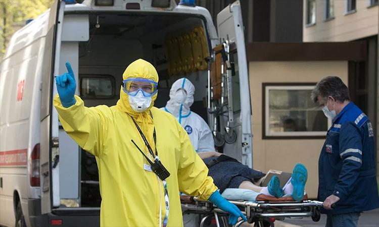 Nhân viên y tế đưa người nghi nhiễm nCoV tới bệnh viện ở Moskva ngày 7/5. Ảnh: RIA Novosti.
