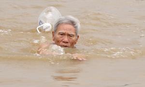 Cụ ông 80 tuổi bơi sông Hồng