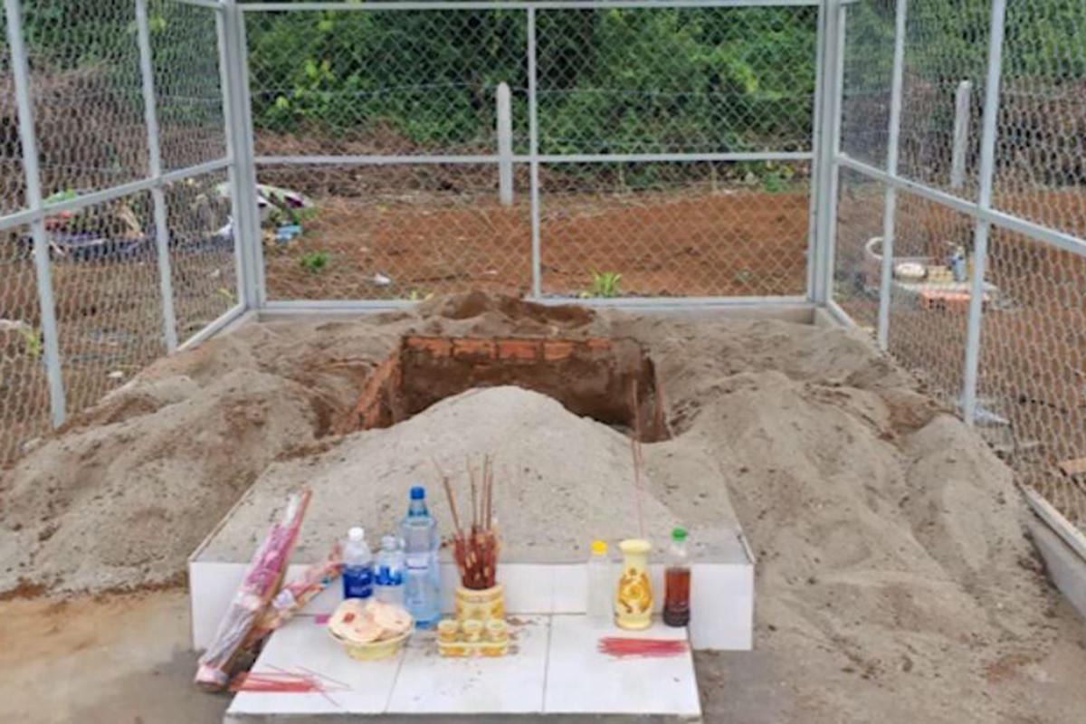 Minh đào mộ của một người dân ở nghĩa địa xã Quảng Khê để lấy xác nhưng không thành. Ảnh: Công an cung cấp.
