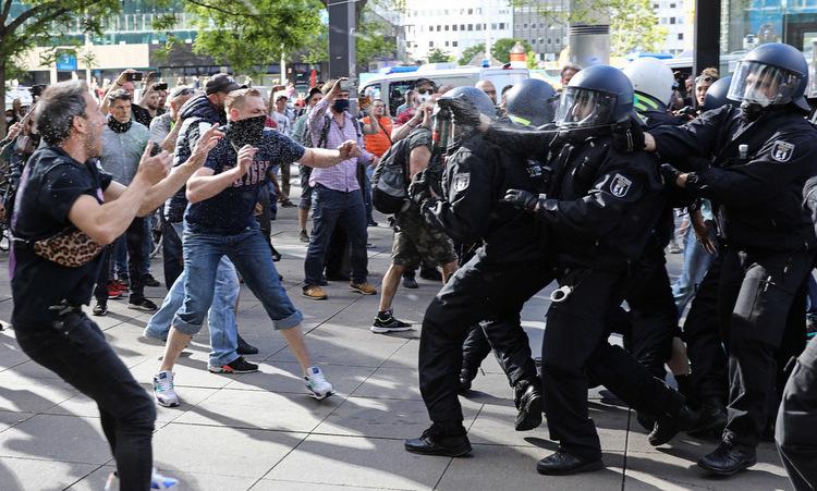 Cảnh sát đụng độ người biểu tình tại Berlin hôm 9/5. Ảnh: Reuters.