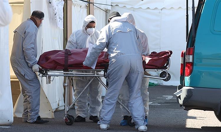 Nhân viên đưa thi thể người chết vì Covid-19 đến nhà xác tạm thời ở bãi đỗ xe ở thành phốBirmingham, Anh, hôm 21/4. Ảnh: Reuters.