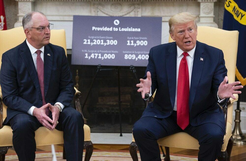 Trump (phải) ngồi cạnh Thống đốc bang Louisiana tại Nhà Trắng, sau lưng là tấm biển ghi các loại vật tư y tế chính quyền liên bang cấp cho bang này. Ảnh: NYTimes.