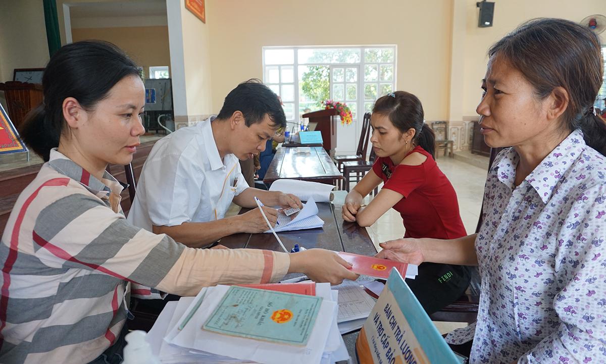 Người dân xã Quảng Phúc đến công sở nhận tiền hỗ trợ chiều 13/5. Ảnh: Lê Hoàng.