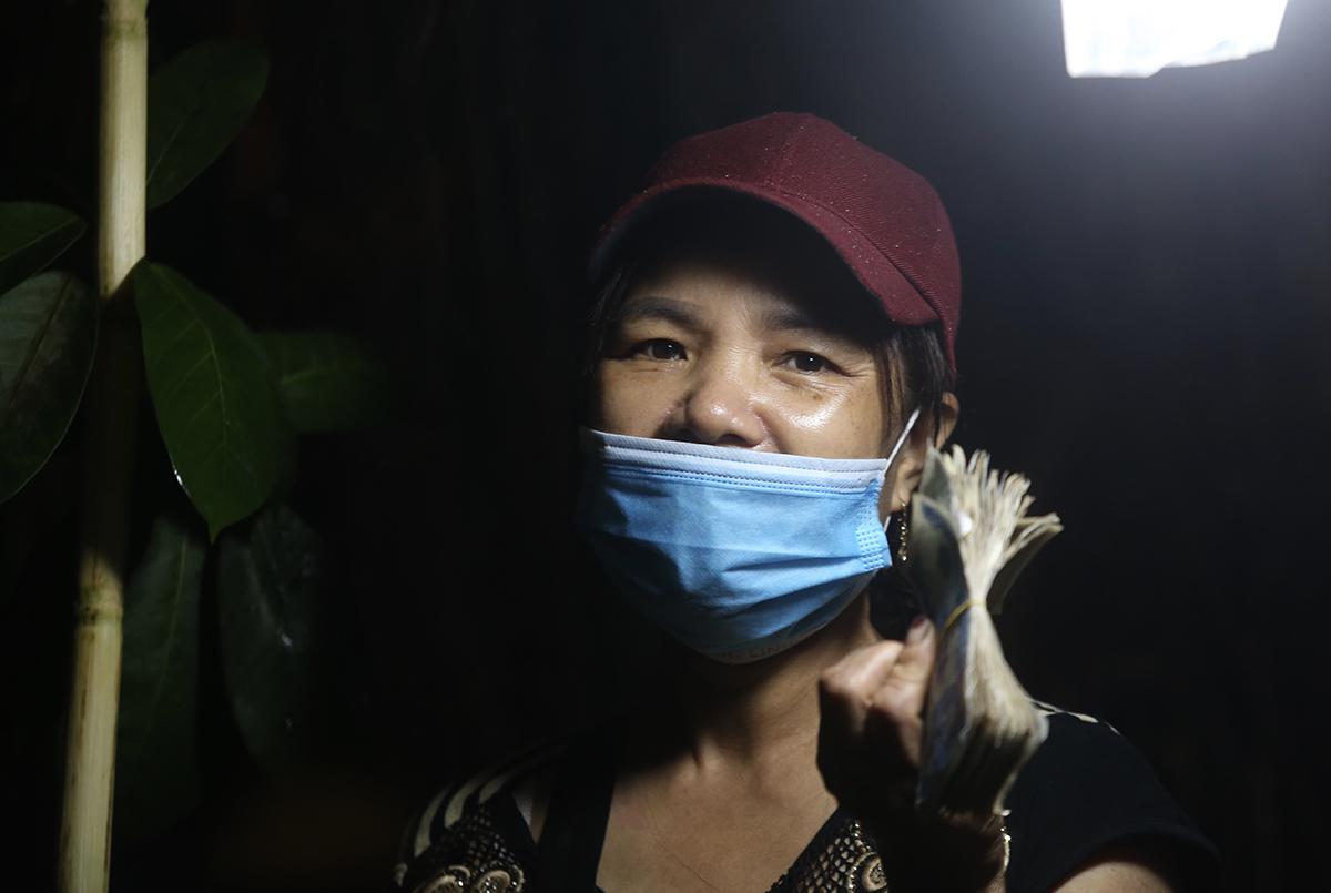 Bà Phạm Thị Dậu, chủ sạp rau củ ở thôn Đông Cứu. Ảnh: Gia Chính
