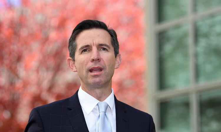 Bộ trưởng Thương mại Australia Simon Birmingham tại cuộc họp báo ở Canberra hôm 12/5. Ảnh: AAP.