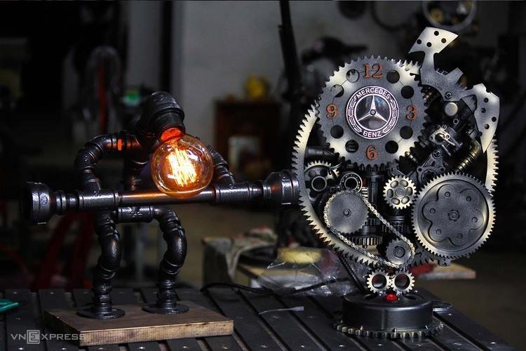 Chiếc đồng hồ phá cách tại xưởng.