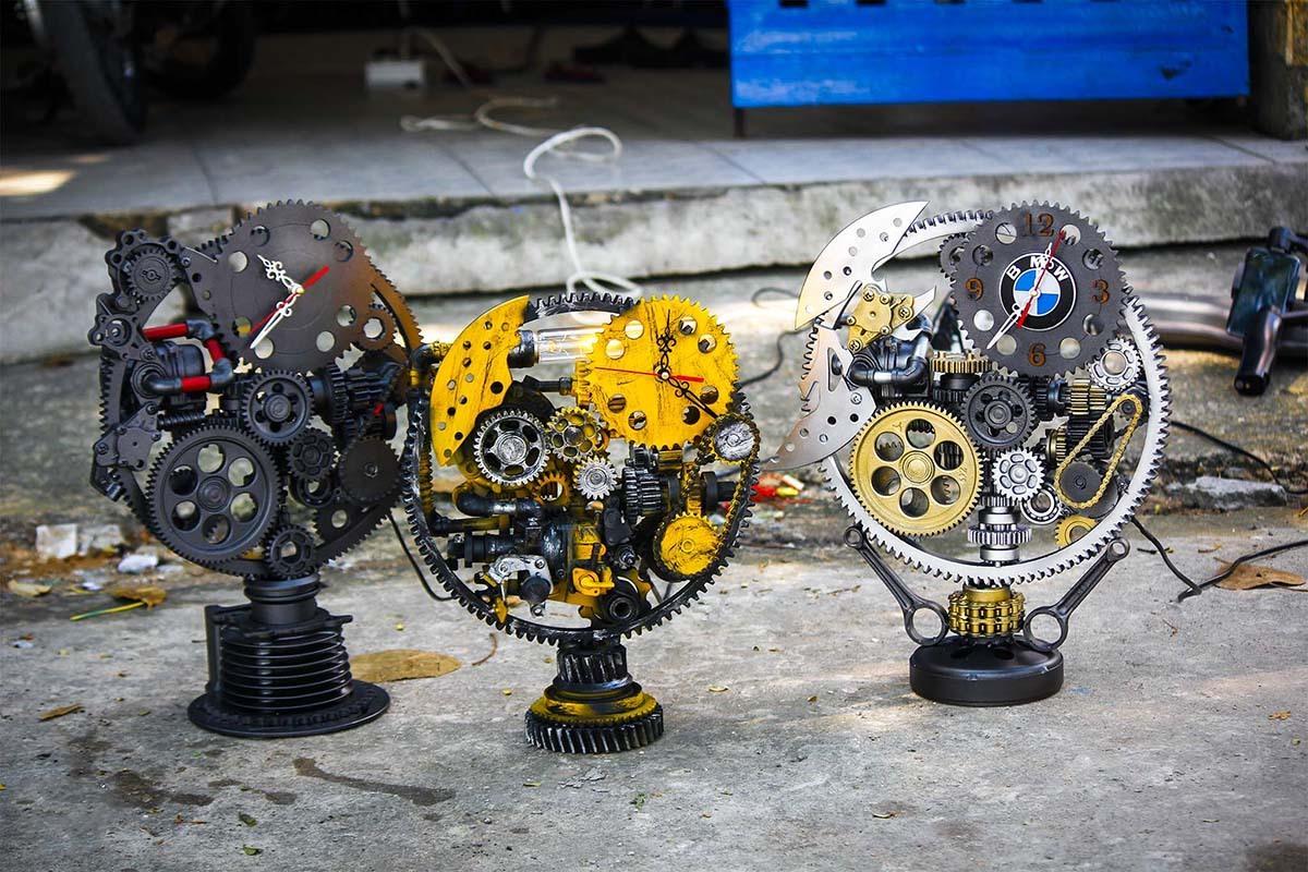 Những chiếc đồng hồ cơ khí được làm từ bộ phân động cơ ôtô, xe máy.