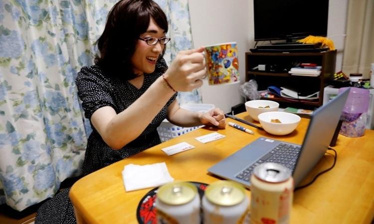 Aznu nhậu ảo với nhóm bạn thích hóa trang khác giới thông qua trang web Tacnom tại nhà riêng ởYokohama, Nhật Bản, hôm 2/5. Ảnh: Reuters.