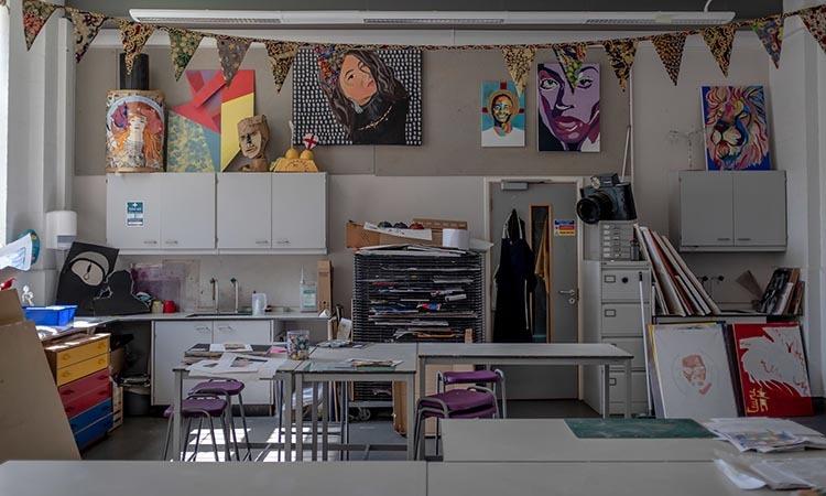 Phòng nghệ thuật không bóng người tại trường học dành cho trẻ em dễ bị tổn thương ở phía đông London, Anh. Ảnh: NY Times.