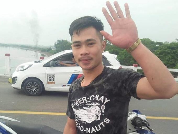 Vongyasone vẫy tay chào mọi người ra về, sau khi đưa nạn nhân vào bờ an toàn. Ảnh:Gia Hân