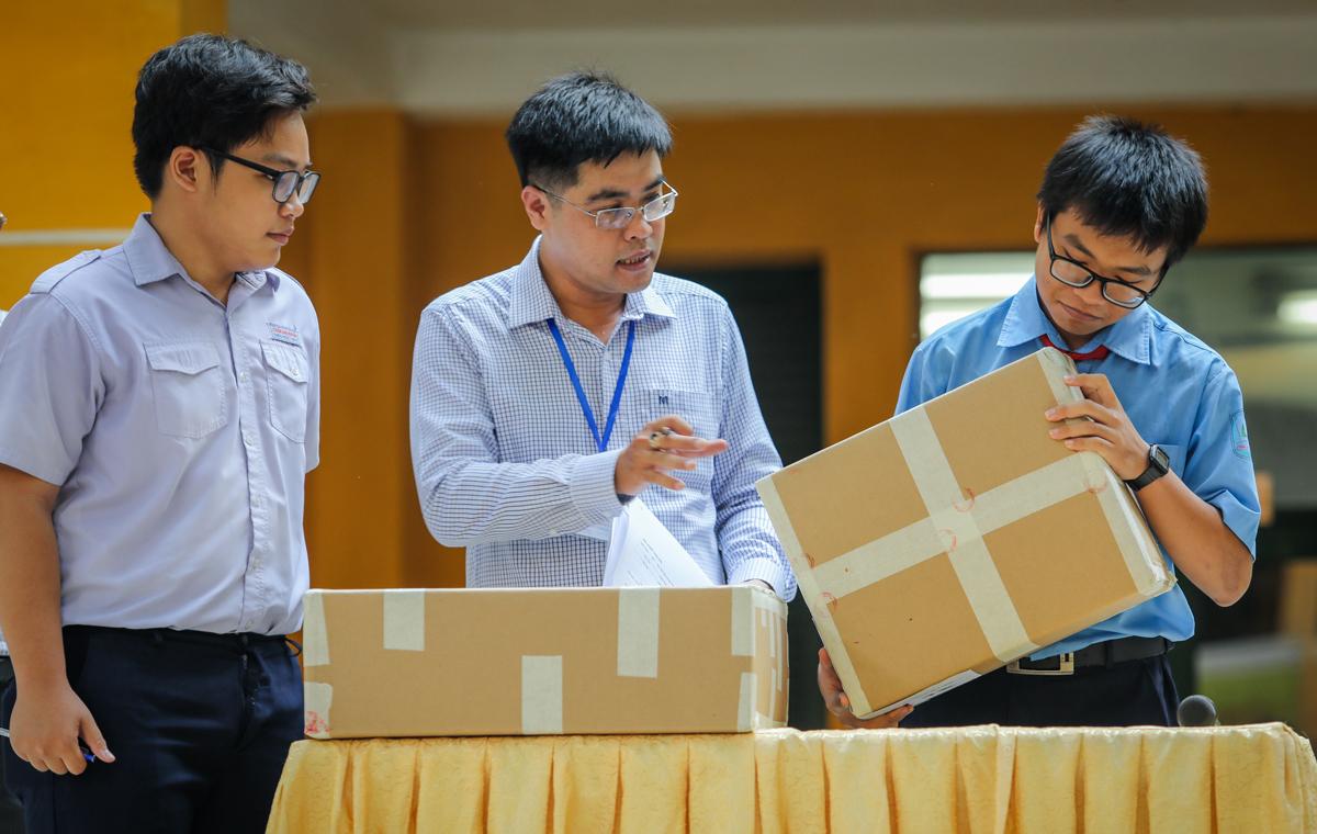 Thí sinh kiểm tra niêm tra đề thi tại kỳ thi tuyển sinh lớp 10 THPT tại TP HCM hồi tháng 6/2019. Ảnh: Quỳnh Trần.