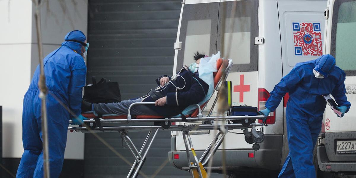 Bệnh nhân nghi nhiễm nCoV được chuyển tới bệnh viện Kommunarka, Moskva, hôm 17/4. Ảnh:Anadolu Agency.