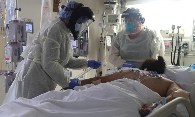 Nhân viên y tế chăm sóc bệnh nhân ở California ngày 12/5. Ảnh: Reuters