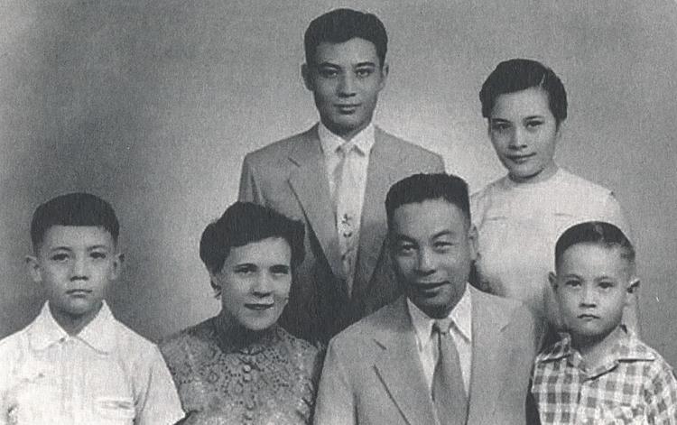 Faina và Tưởng Kinh Quốc cùng 4 người con của họ. Ảnh: SCMP.