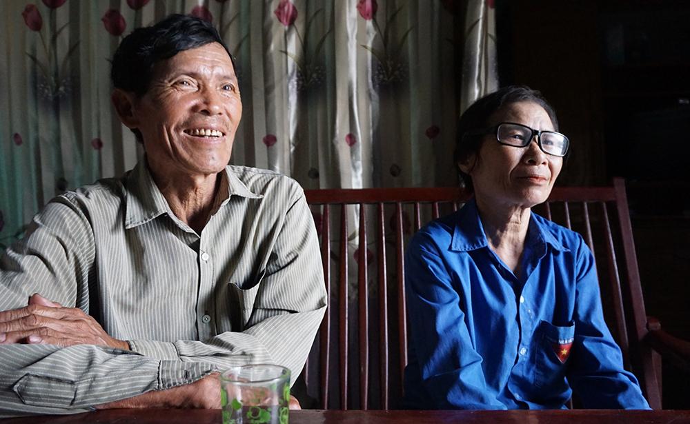 Ông Nguyễn Huy Bằng và vợ cho hay, hoàn toàn tự nguyện khi ký đơn không nhận tiền hỗ trợ. Ảnh: Lê Hoàng.