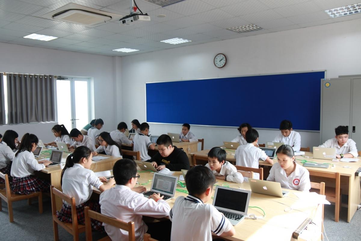 Học sinh trong tiết Tin học của trường Quốc tế Nhật Bản. Ảnh: JIS