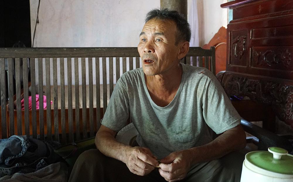 Ông Lê Văn Bảo, ở xã Xuân Sinh cho hay cán bộ thôn có vận động song lá đơn ông ký về việc xin rút bớt một khẩu không nhận hỗ trợ là tự nguyện. Ảnh: Lê Hoàng.