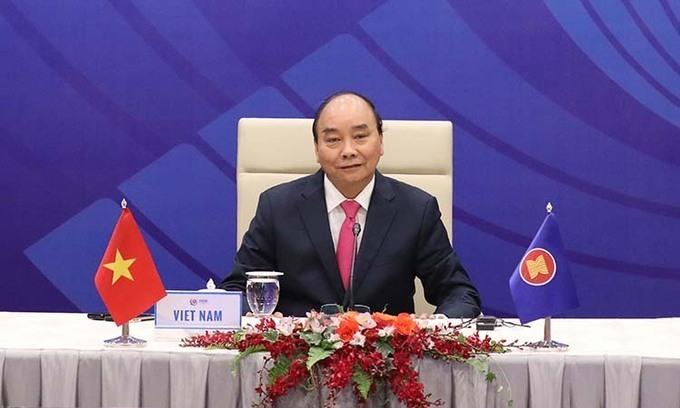 Thủ tướng Nguyễn Xuân Phúc chủ trì cuộc họp trực tuyến giữa ASEAN và Trung Quốc, Nhật Bản, Hàn Quốc hôm 14/4. Ảnh: BNGVN.