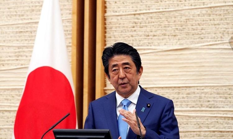 Thủ tướng Nhật Bản Shinzo Abe trong cuộc họp báo ở văn phòng của ông tại Tokyo hôm 4/5. Ảnh: Reuters.