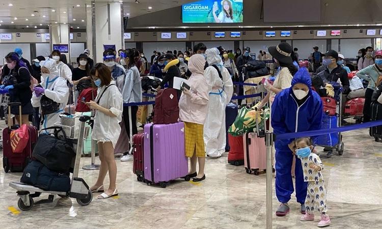 Những công dân Việt Nam làm thủ tục tại sân bay Philippines để về nước hôm nay. Ảnh: Bộ Ngoại giao.