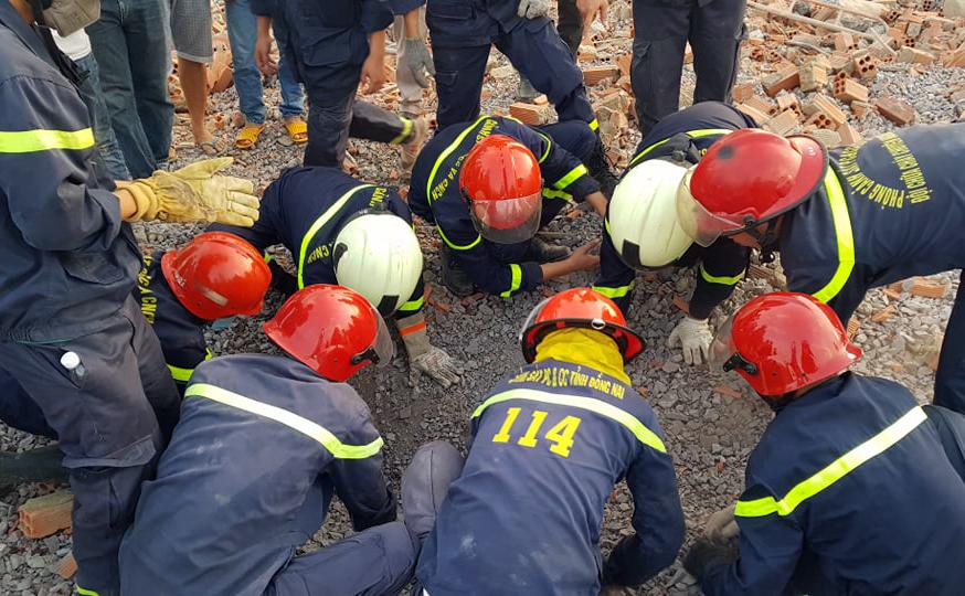 Cảnh sát cứu hộ tìm kiếm nạn nhân bị chôn vùi. Ảnh: Phước Tuấn.