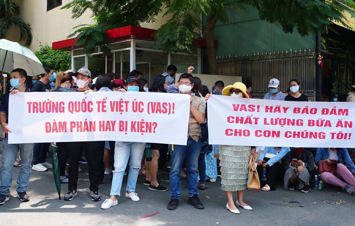 Phụ huynh trường Quốc tế Việt Úc kéo lên trường cơ sở quận 10 phản đối chính sách học phí trưa ngày 14/5. Ảnh: Mạnh Tùng.