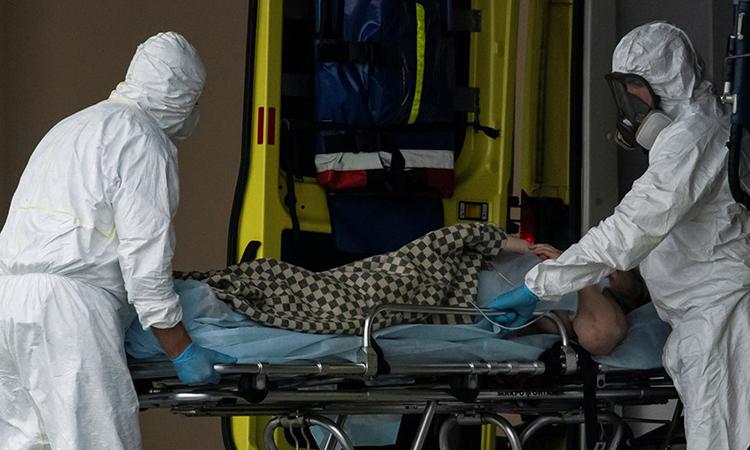 Nhân viên y tế chuyển bệnh nhân Covid-19 tới bệnh viện ở ngoại ô Moskva, hôm 12/5. Ảnh: Reuters.
