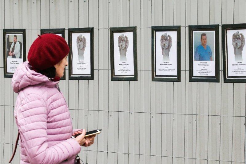 Chân dung của các y bác sĩ đã tử vong vì Covid-19 được treo tại văn phòng Ủy ban Y tế St Petersburg hôm 28/4. Ảnh: TASS