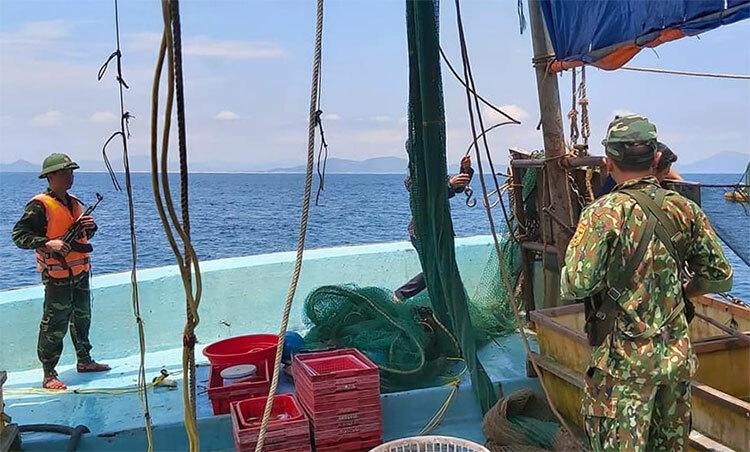 Bộ độ biên phòng tiếp cận tàu cá đâm tàu kiểm ngư, thu nhiều lưới đánh bắt cá tận diệt. Ảnh: Gia Hân