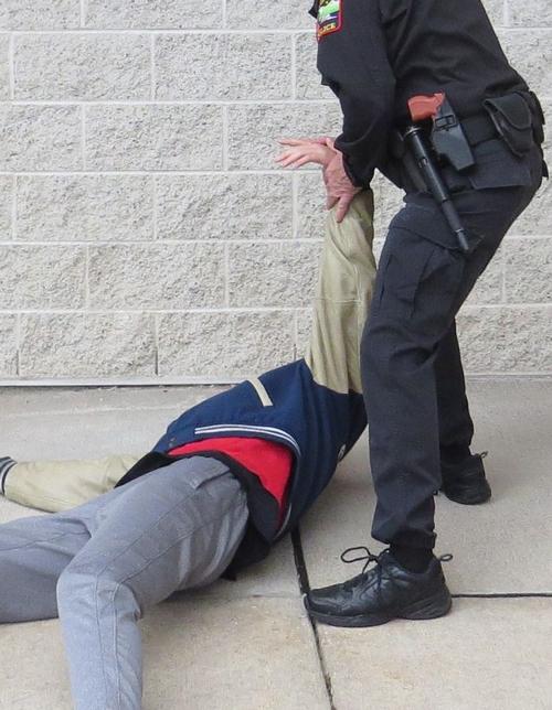 Bước 1. Ảnh: Policeone.