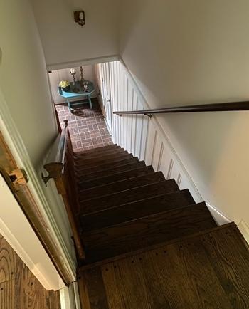 Lối lên cầu thang gây tiếng đồng vào ban đêm ở nhàCowan. Ảnh: NYTimes.