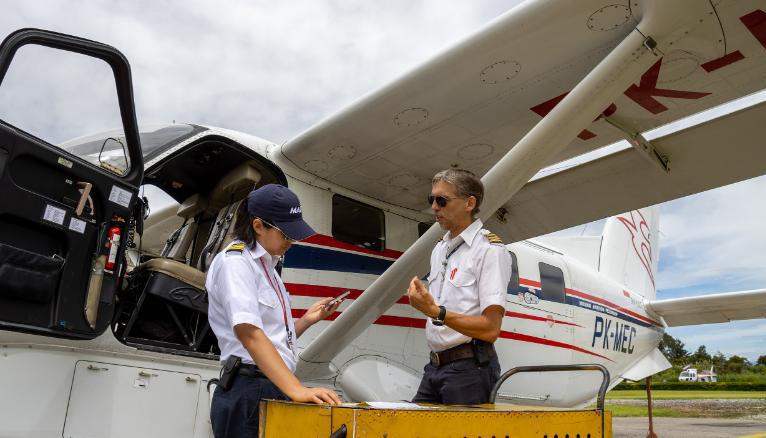 Joyce Lin,trái, và đồng nghiệp Kees Janse chuẩn bị cho chuyến bay ở Wamena, Indonesia. Ảnh: MAF