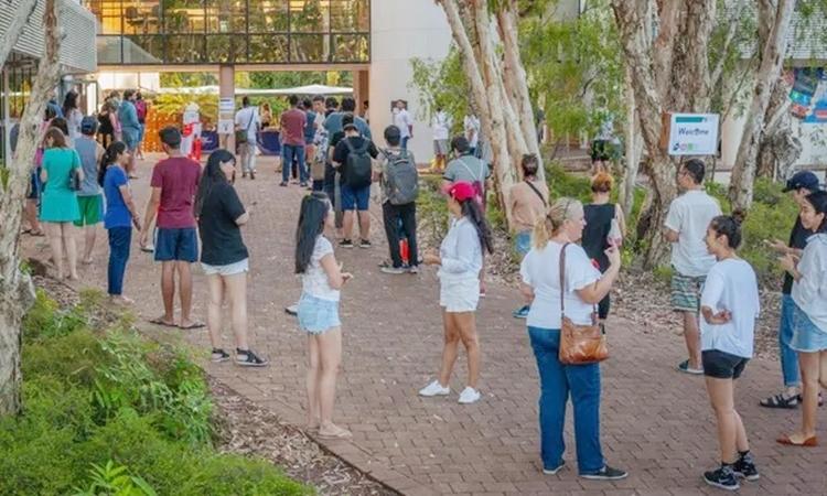 Du học sinh ở Darwin xếp hàng chờ suất cơm miễn phí. Ảnh: Kindness Shake.