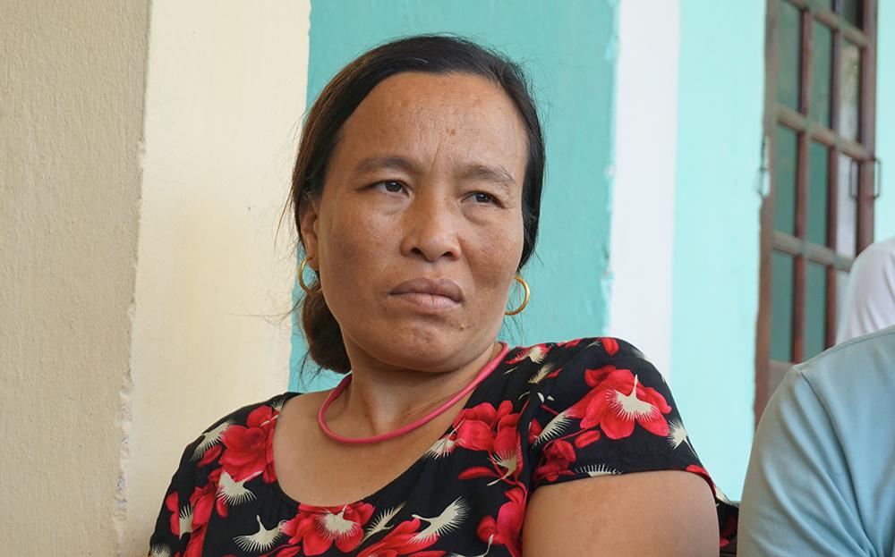 Chị Nguyễn Thị Luyện xác nhận, hôm 9/5 đã ký vào lá đơn do trưởng thôn phát dù không biết nội dung. Ảnh: Lê Hoàng.