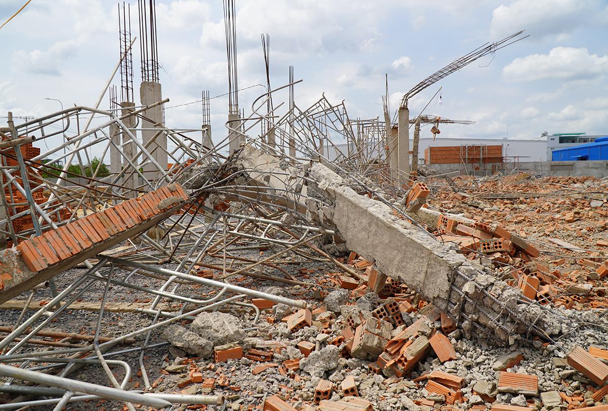 Tường mảng lớn bị sập đổ tại hiện trường. Ảnh: Phước Tuấn