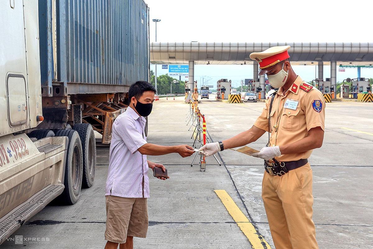 Tổ công tác Cục CSGT kiểm soát phương tiện trên cao tốc Hà Nội - Hải Phòng sáng 15/5. Ảnh: Bá Đô