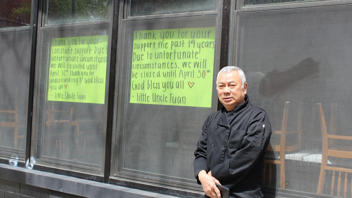 Ông Tuan Nguyen đứng bên ngoài nhà hàng Simply It, với biển thông báo đóng cửa.Block Club Chicago