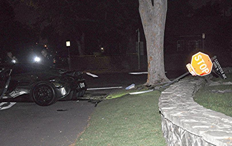 Biển báo dừng bị đâm đổ bên cạnh tường bao bằng đá và một cây lớn. Ảnh:Rick McClure/Los Angeles Daily News
