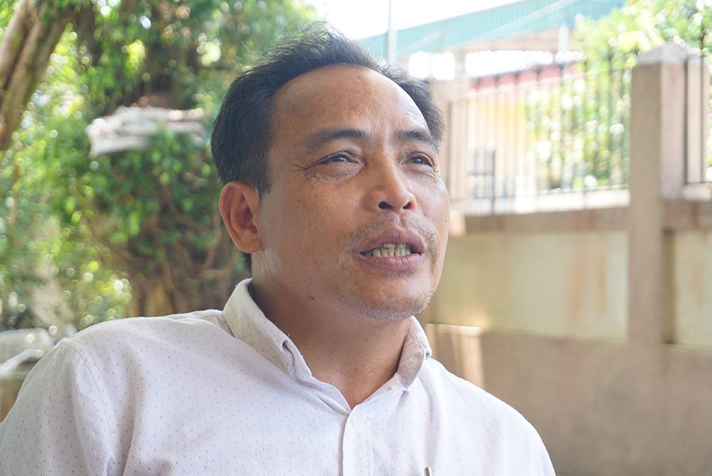 Ông Lê Công Ngân, Trưởng thôn Hạnh Phúc thừa nhận có vận động các hộ cận nghèo ký đơn không nhận hỗ trợ chính sách. Ảnh: Lê Hoàng.
