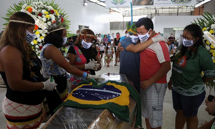 Đám tang tù trưởngMessias Kokamaở Manaus,  bang Amazonas, Brazil, hôm 14/5. Ảnh: Reuters.