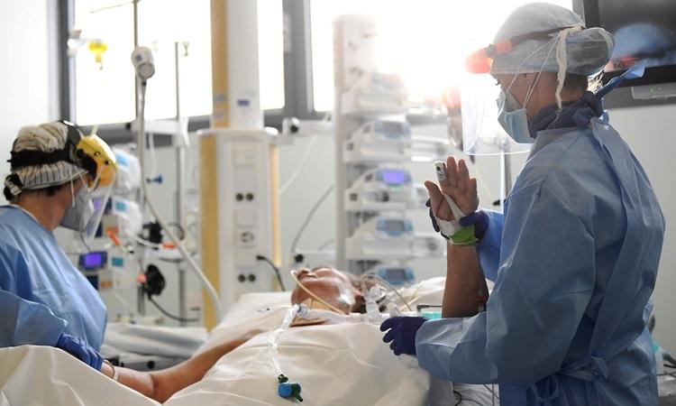 Nhân viên y tế điều trị cho bệnh nhân Covid-19 trong phòng chăm sóc tích cực tại bệnh viện Papa Giovanni XXIII ở Bergamo, Italy hôm 12/5. Ảnh: Reuters.