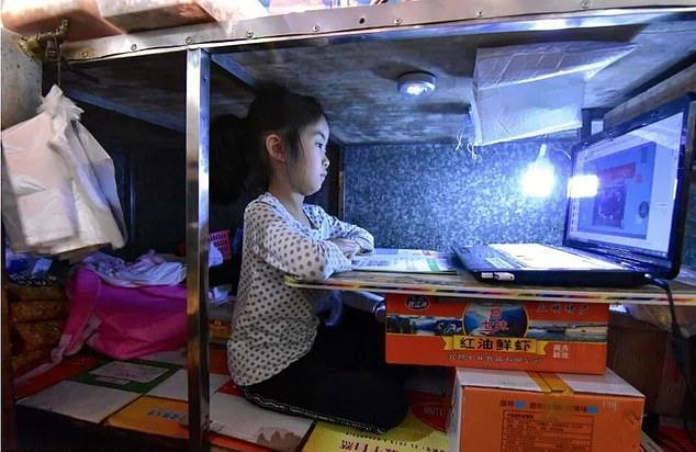 Ke Enya chăm chỉ học online trong thời gian nghỉ phòng dịch. Ảnh:Meilliwufeng/ WeChat.