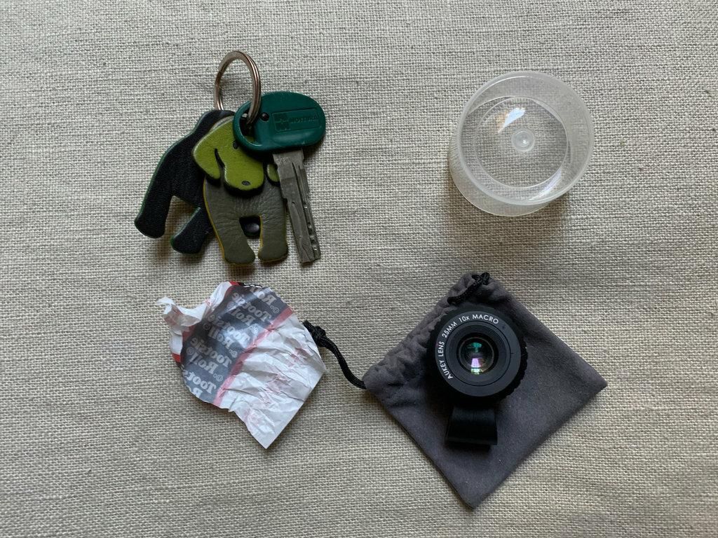 Ống kính máy ảnh và những vật thể xuất hiện bất thường trong nhà Madison Hill. Ảnh: NYTimes.