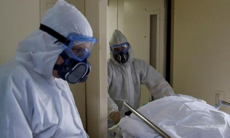 Các nhân viên y tế di chuyển một bệnh nhân Covid-19 tại một bệnh viện ở Moskva, Nga, hôm 28/4. Ảnh: Reuters.