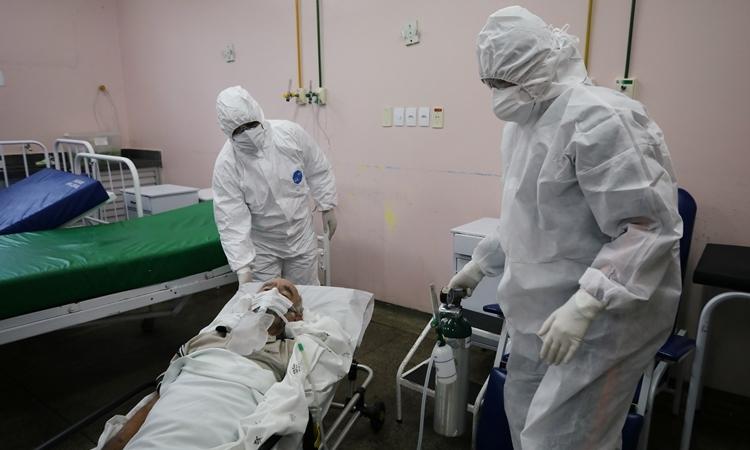 Nhân viên y tế chăm sóc cho bệnh nhân ở Brazil ngày 12/5. Ảnh: Reuters.