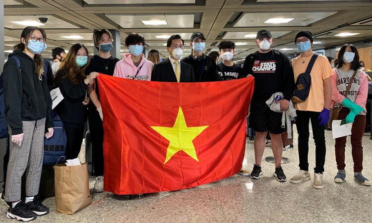 Đại sứ Việt Nam tại Mỹ Hà Kim Ngọc (thứ năm từ trái sang) cùng các du học sinh tại sân bay ở Washington D.C. Ảnh: Bộ Ngoại giao.