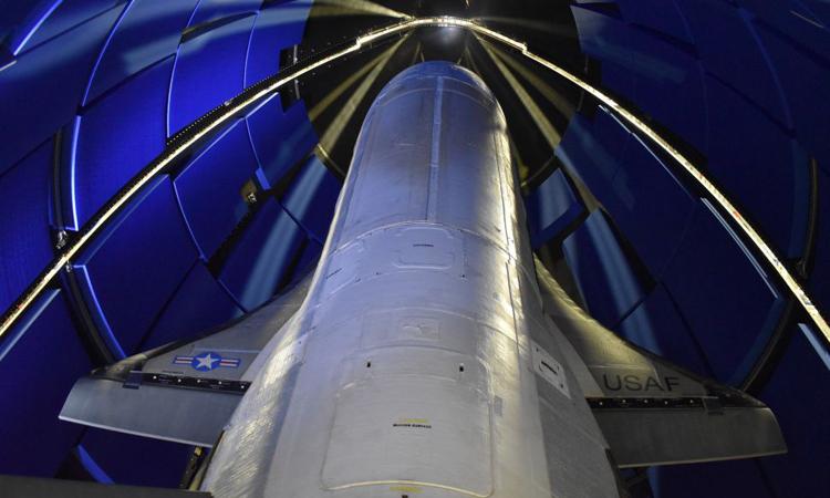 Máy bay X-37B đặt trong vỏ bảo vệ, chuẩn bị cho vụ phóng tối 16/5. Ảnh: Space.