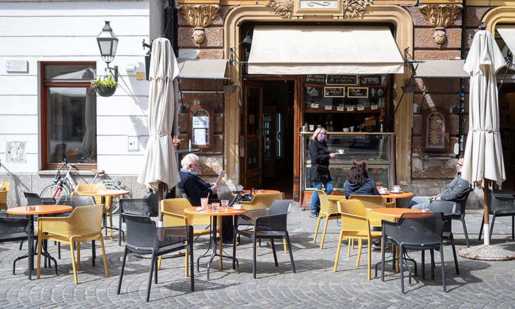 Một quán cà phê ở thủ đôLjubljana hôm 4/5, khi các biện pháp hạn chế đã được nới lỏng. Ảnh: AFP.