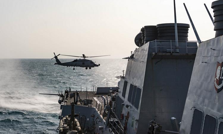 Trực thăng cất cánh từ USS McCampbell trong chuyến vượt eo biển Đài Loan hôm 13/5. Ảnh: US Navy.